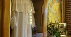 Sutanna św. Jana Pawła II w kościele w Kaczynie